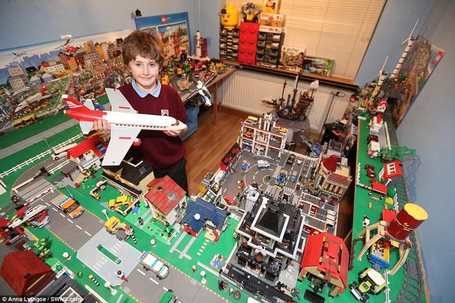 Cau be 11 tuoi so huu thanh pho trong mo hinh anh 1 Cậu bé Lewis bên mô hình thành phố Lego khủng của mình