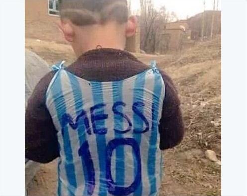 Dan mang tim kiem cau be tu che ao giong Messi tu rac hinh anh 1