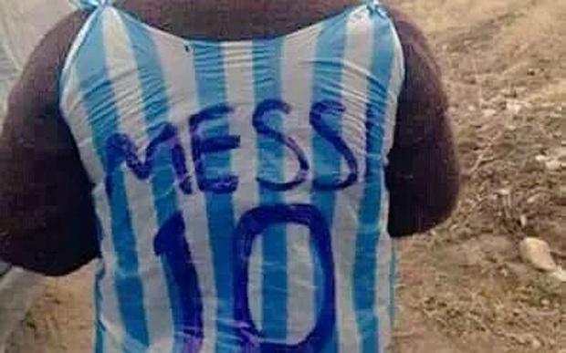 Tim thay cau be ngheo tu che ao giong Messi tu rac hinh anh 2