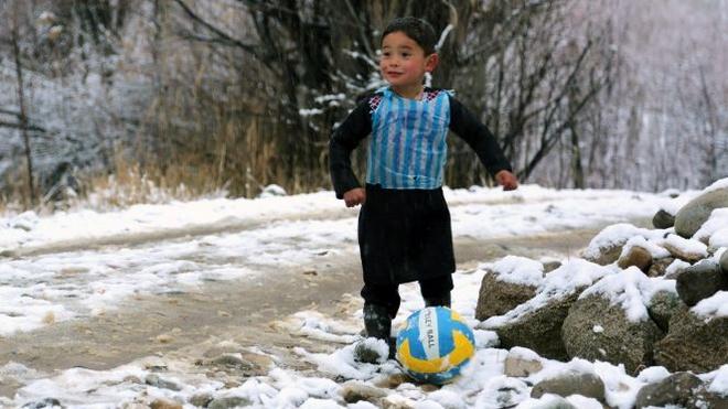 Tim thay cau be ngheo tu che ao giong Messi tu rac hinh anh 1