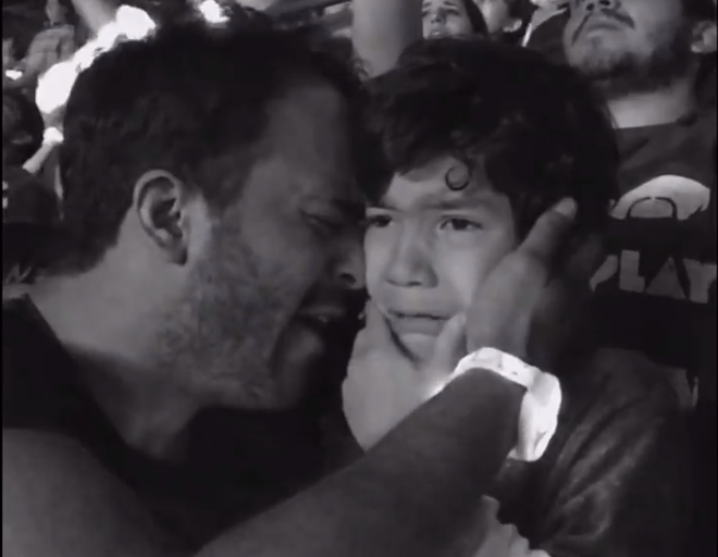 Clip be tu ky khoc khi xem Coldplay lay dong trieu trai tim hinh anh