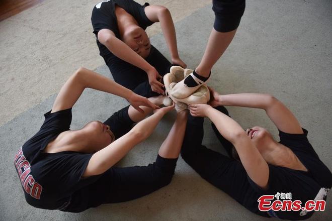 Nu sinh kho luyen tai truong day uon deo o Trung Quoc hinh anh 6