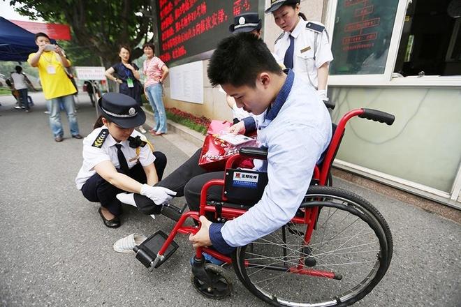 Trung Quoc: Cam thi sinh nu mac ao nguc co moc kim loai hinh anh 10