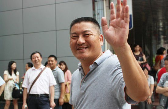 Trung Quoc: Cam thi sinh nu mac ao nguc co moc kim loai hinh anh 12