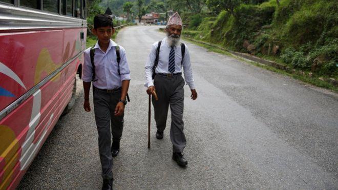 Nepal: Cu ong 68 tuoi chon di hoc lam thu vui tuoi gia hinh anh 2