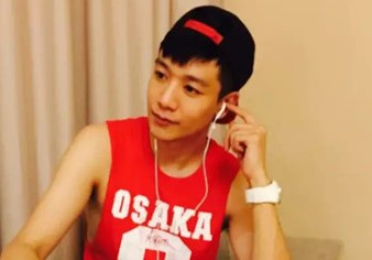 Chang trai tro thanh ca si nho thuong xuyen hat karaoke hinh anh