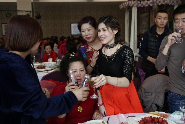 Chang trai khong xe, khong nha van cuoi duoc vo hot girl hinh anh 3