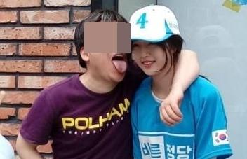 Con gai ung vien tong thong Han Quoc bi fan cuong quay ray hinh anh