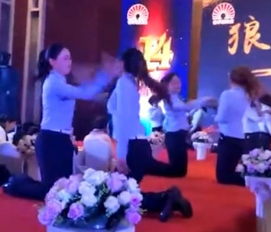 Clip nhan vien nu Trung Quoc tat nhau trong tiec cuoi nam gay phan no hinh anh 1