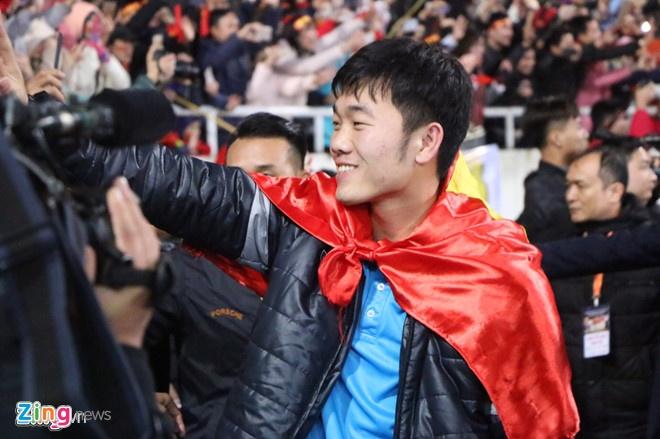 Fan nu thich thu khi Tien Dung 'giat ban minh' trong dem gala hinh anh 1