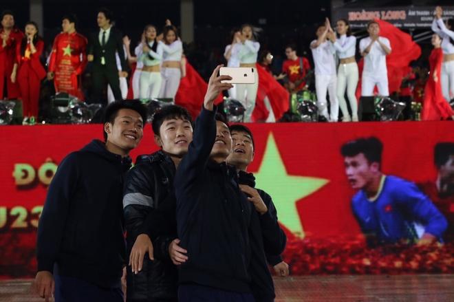 Fan nu thich thu khi Tien Dung 'giat ban minh' trong dem gala hinh anh 2