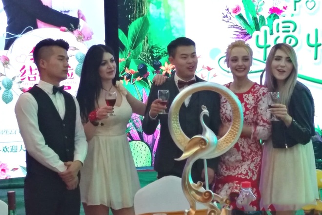 Khong ton tien thach cuoi, chang trai Trung Quoc van lay duoc vo dep hinh anh 5