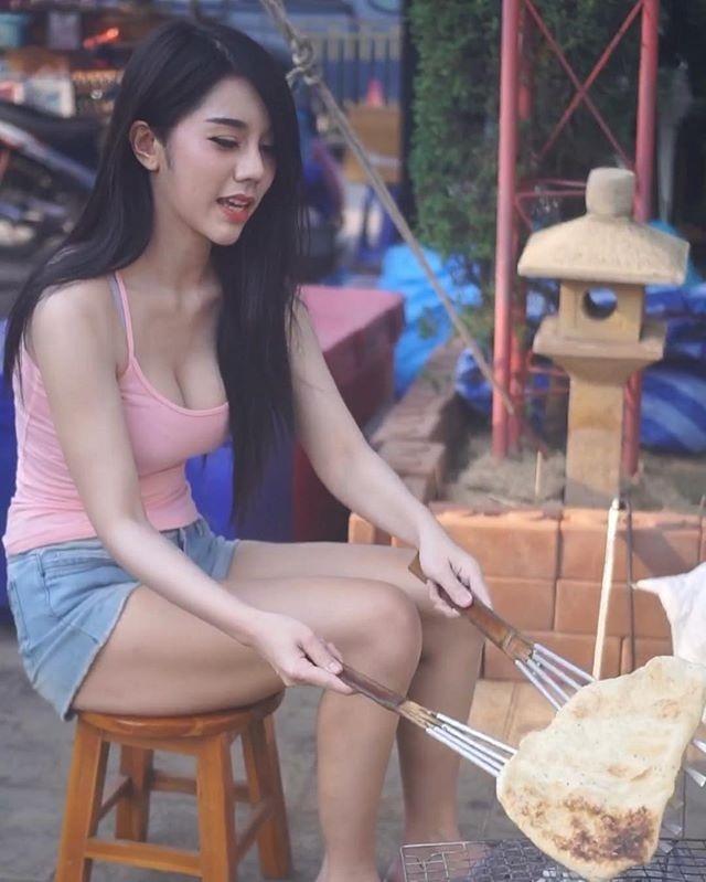 Co gai Thai Lan phu me ban banh ngoai pho duoc khen xinh dep hinh anh 2