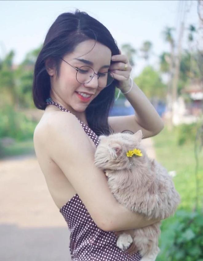 Co gai Thai Lan phu me ban banh ngoai pho duoc khen xinh dep hinh anh 4