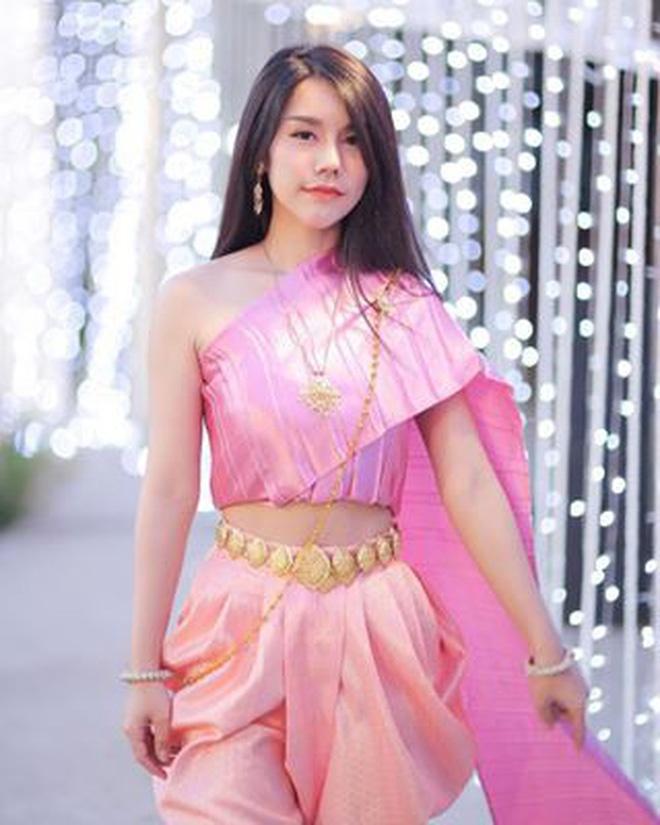 Co gai Thai Lan phu me ban banh ngoai pho duoc khen xinh dep hinh anh 5