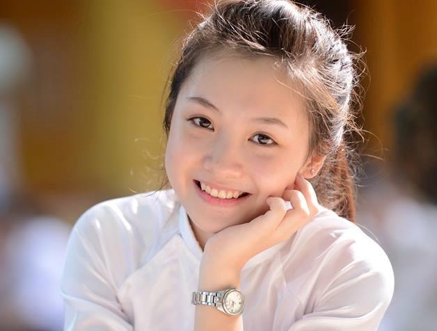 4 nu sinh Phan Dinh Phung 'gay thuong nho' trong ta ao dai trang hinh anh