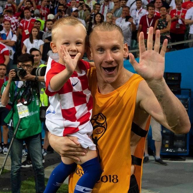 Khoanh khac an mung de thuong cua hau ve tuyen Croatia va con trai hinh anh 7