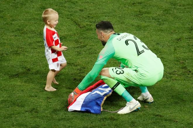 Khoanh khac an mung de thuong cua hau ve tuyen Croatia va con trai hinh anh 10