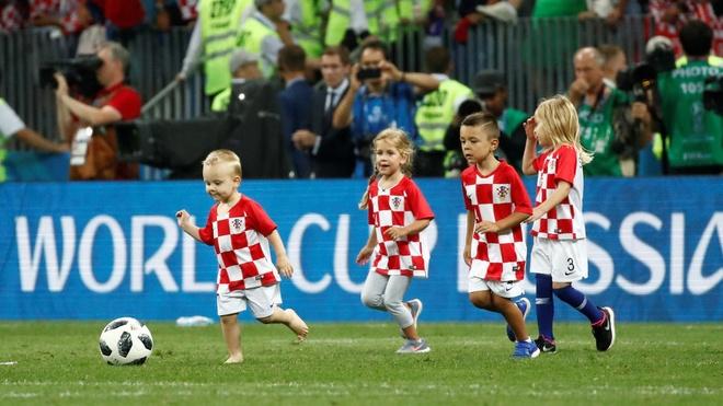 Khoanh khac an mung de thuong cua hau ve tuyen Croatia va con trai hinh anh 11