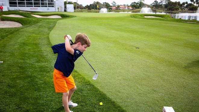 Cau be mot tay choi golf chuyen nghiep hinh anh