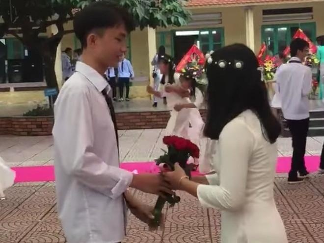 Nam sinh Hai Phong to tinh voi ban gai cu trong le khai giang hinh anh