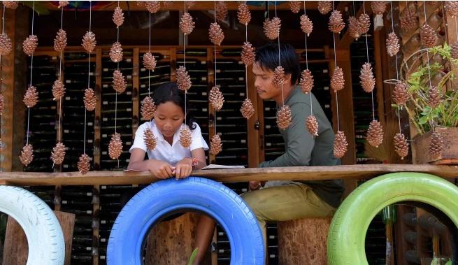 Ngoi truong ky la o Campuchia thu hoc phi bang rac thai hinh anh 1