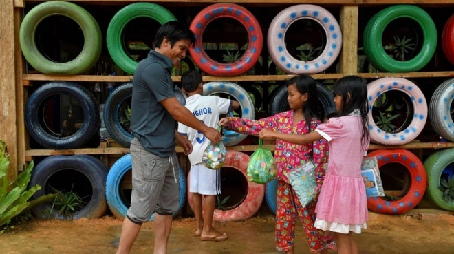 Ngôi trường kỳ lạ ở Campuchia thu học phí bằng rác thải