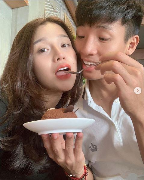 Ban gai Tien Dung, Huy Hung gui loi chuc toi doi VN truoc tran gap Lao hinh anh 2