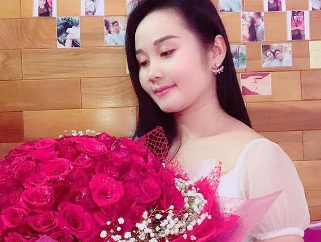 Cau thu Tien Linh tang truoc qua 20/11 cho ban gai giao vien hinh anh