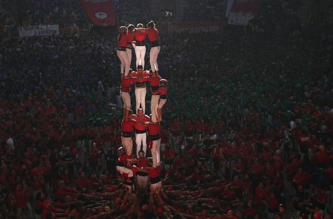 6.000 nguoi Catalonia tham gia cuoc thi xay 'thap nguoi' hinh anh