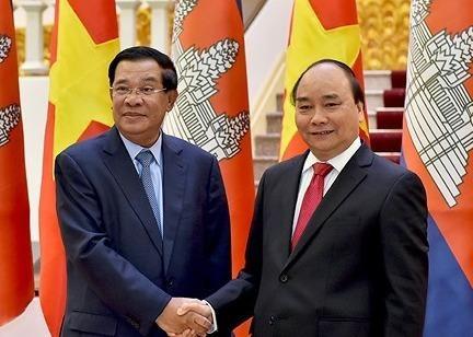 Thu tuong Nguyen Xuan Phuc gap song phuong Thu tuong Campuchia Hun Sen hinh anh