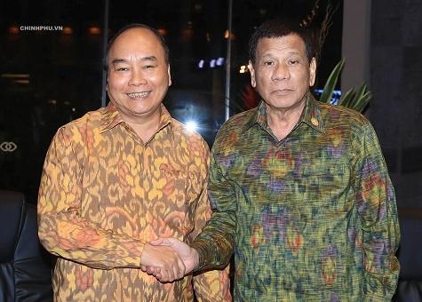 Thu tuong Nguyen Xuan Phuc gap Tong thong Philippines hinh anh