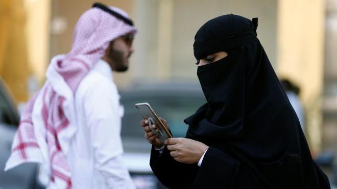 phu nu Saudi nhan tin nhan li di anh 1