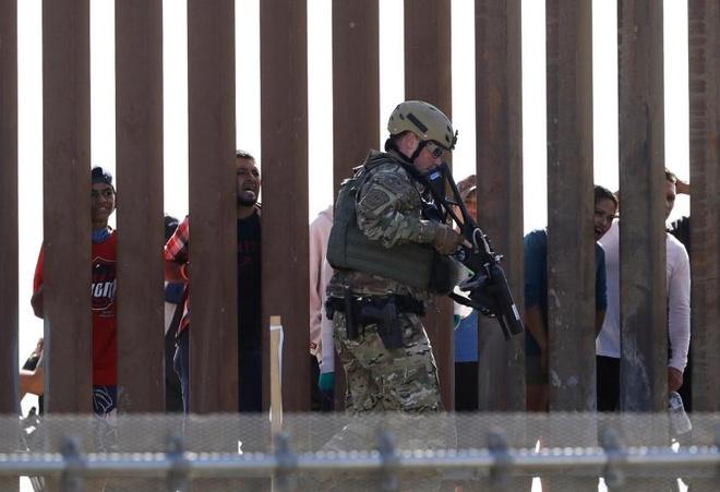 TT Trump de doa dieu them 'quan co vu trang' den bien gioi Mexico hinh anh 1