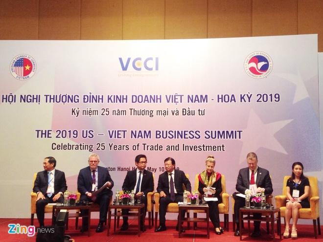 Phó thủ tướng Trịnh Đình Dũng (giữa) và Đại sứ Mỹ tại Việt Nam Daniel J. Kritenbrink (thứ hai từ phải qua) cùng các đại biểu hai phía Việt Nam, Mỹ, trong phiên khai mạc hội nghị. Ảnh: Hương Ly.