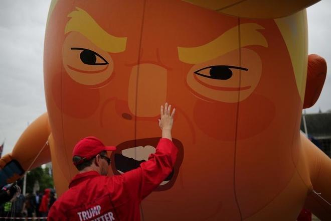 Nguoi bieu tinh mang bong bay 'em be Trump' don tong thong My tham Anh hinh anh 4