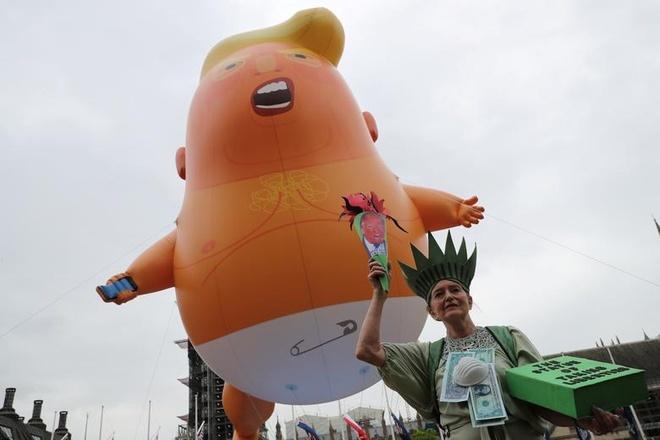 Nguoi bieu tinh mang bong bay 'em be Trump' don tong thong My tham Anh hinh anh 8