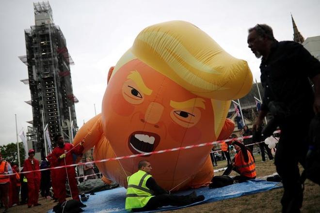 Nguoi bieu tinh mang bong bay 'em be Trump' don tong thong My tham Anh hinh anh 3