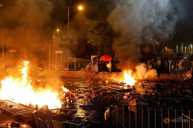 Người biểu tình đụng độ với cảnh sát Hong Kong bên ngoài Đại học Bách khoa hôm 17/11.