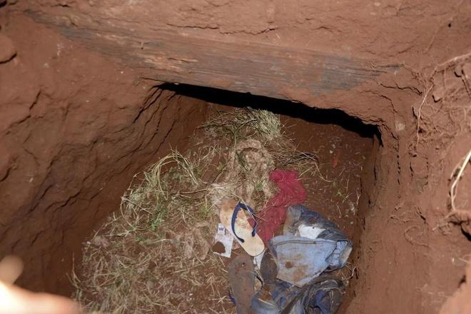Quần áo trong lối vào đường hầm mà các tù nhân dùng để vượt ngục ở Paraguay hôm 19/1. Ảnh: AFP.