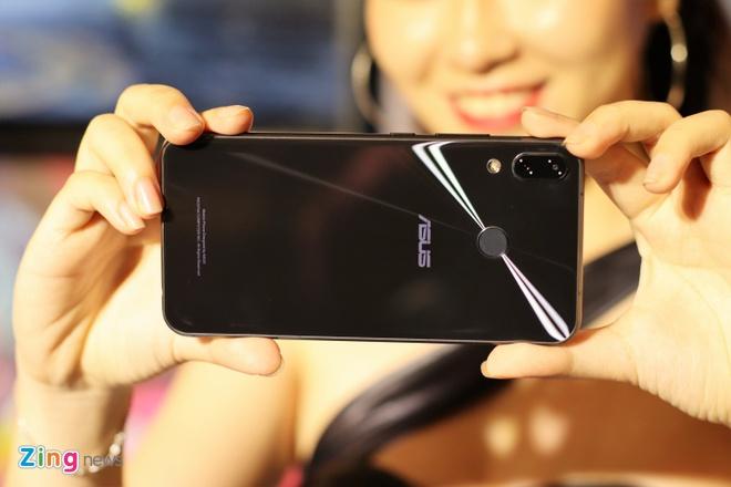 Asus ban Zenfone 5Z giong iPhone X gia 12,5 trieu tai VN hinh anh