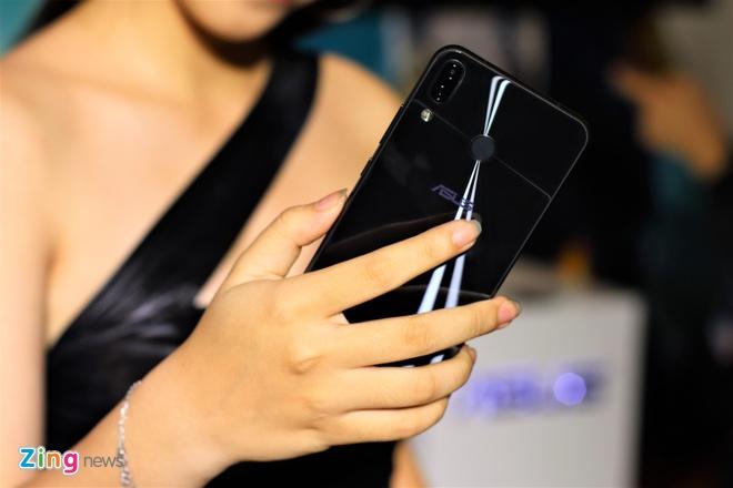 Asus ban Zenfone 5Z giong iPhone X gia 12,5 trieu tai VN hinh anh 1