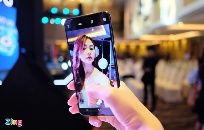 Loat smartphone tam trung co camera selfie tot hinh anh