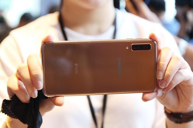 Co nen mua Galaxy A7 2018? hinh anh