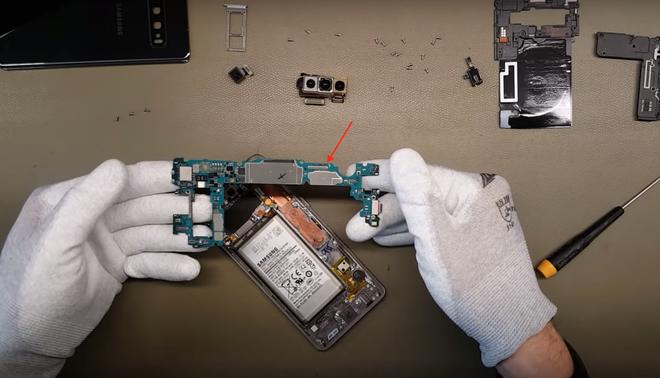 Ben trong Galaxy S10 - de thao lap, tan nhiet buong hoi hinh anh 7