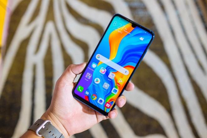 Loat smartphone tam trung man hinh lon dang chu y tai VN hinh anh 3
