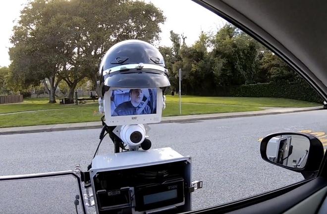 Day la mau robot nup gam xe, ho tro canh sat kiem tra tai xe vi pham hinh anh