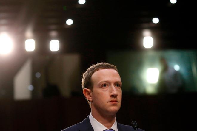 CEO Facebook, Mark Zuckerberg trong một buổi điều trần tại Thượng viện Mỹ sau vụ bê bối Cambridge Analytica. Ảnh: Reuters.