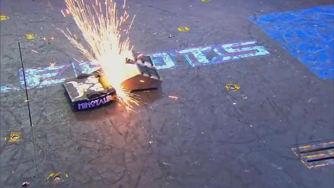 Robot nhân ngưu đốt cháy đối thủ ở giải BattleBots