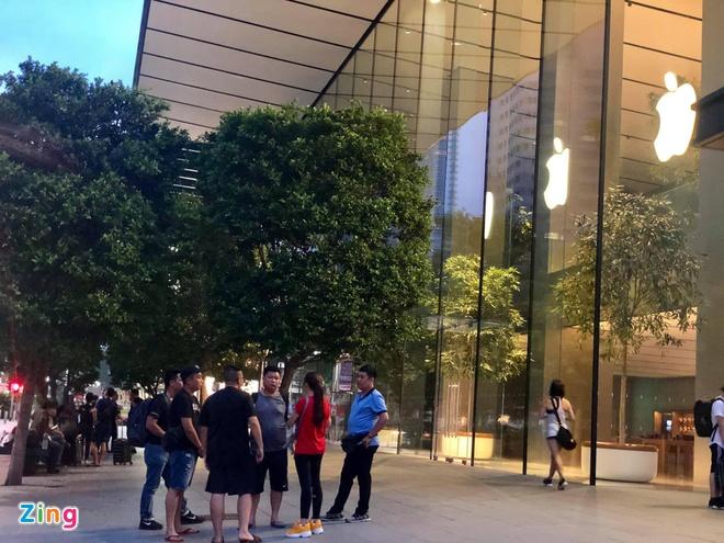 Nguoi Viet xep hang truoc 30 tieng o Singapore cho mua iPhone 11 hinh anh 1